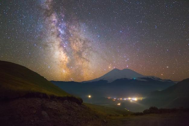 밝은 은하수와 elbrus 산 위의 별