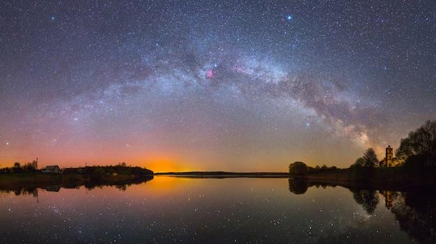 밤에 호수 위의 밝은 은하수(파노라마 사진)