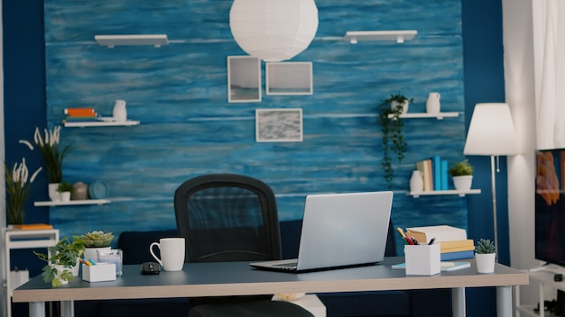 Luminoso soggiorno moderno senza nessuno con mobili blu e pareti belle decorate graziosamente...