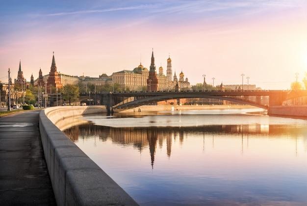 Bright morning on the embankment at the moscow kremlin