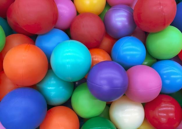 어린이 게임을 위한 수영장을 위한 밝은 다색 공. 어린이를 위한 장난감, 어린이를 위한 오락. 어린이 매장 카탈로그, 광고 엔터테인먼트 센터에 사용. 밝은 다색 배경