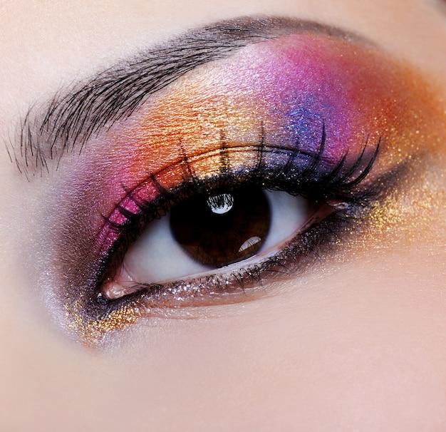 Яркий разноцветный макияж на женском глазу - макросъемка