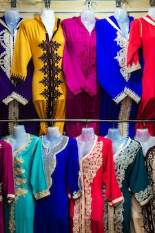 モロッコ市場の明るい国民服。伝統的なジェラバ、マラケシュ、モロッコ。