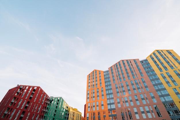Edifici viventi luminosi nel quartiere