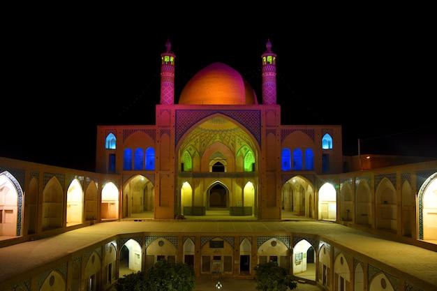 Kashan의 agha bozorg 모스크 외관의 밝은 야간 조명