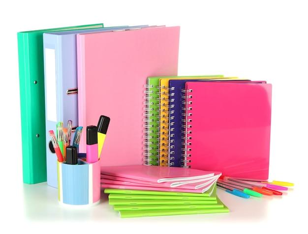 Яркие офисные папки и различные канцелярские товары, изолированные на белом фоне