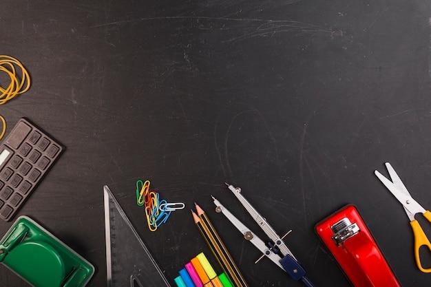 Яркие офисные канцелярские принадлежности на доске