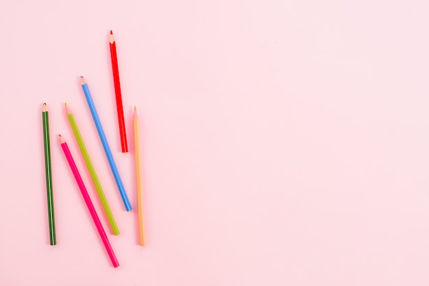 Яркие карандаши разбросаны по столу