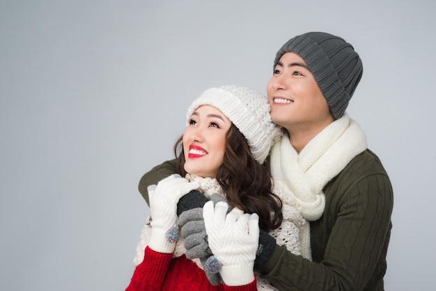 Яркая фотография азиатской семейной пары в зимней одежде