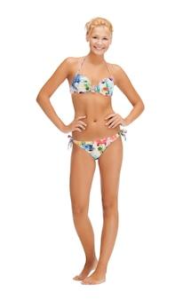 ビキニ姿の美しい裸足の女性の明るい写真