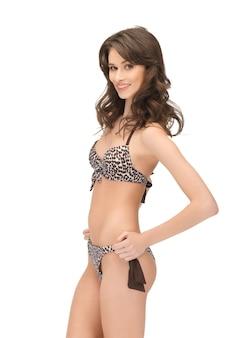 Яркое изображение красивой женщины в бикини