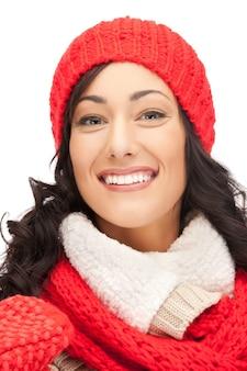 帽子、マフラー、ミトンの美しい女性の明るい写真。