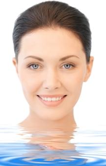 Яркая картина красивой женщины в воде