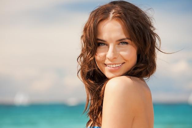 Яркая картина красивой женщины на пляже