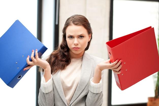 Яркая картина красивой женщины с папками