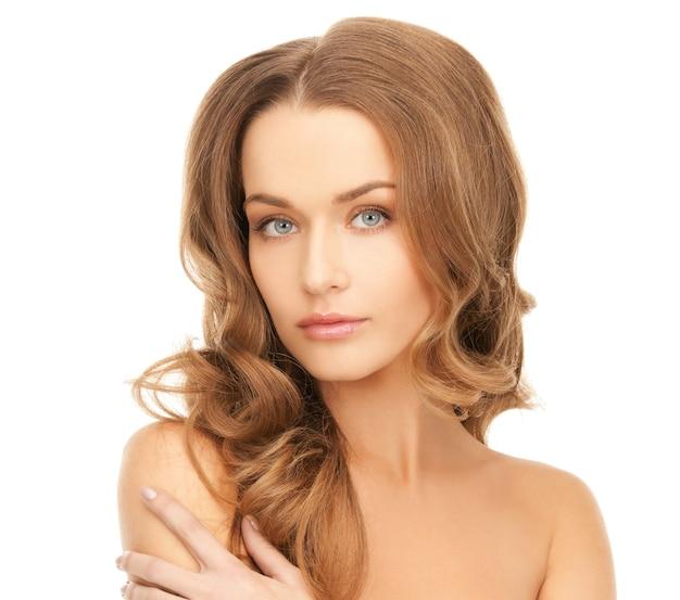 Яркая картина красивой женщины с длинными волосами