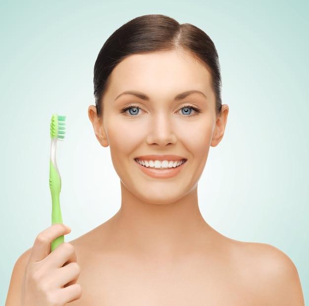 Яркое изображение красивой женщины с зубной щеткой