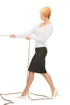 ロープを引っ張るビジネスウーマンの明るい写真