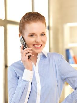 Яркая фотография бизнесвумен с мобильным телефоном