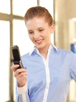 携帯電話を持つ実業家の明るい写真