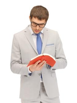 Яркая картина спокойного и серьезного мужчины с книгой