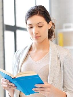 Яркая картина спокойной и серьезной женщины с книгой