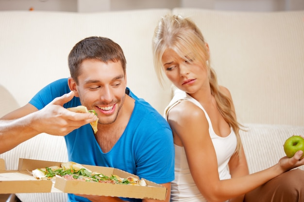 Яркое изображение пары, едящей разную еду
