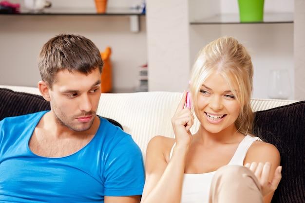 Яркое изображение пары с мобильным телефоном (акцент на женщину)