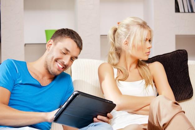 Яркая картинка пары с планшетным пк (акцент на мужчине)