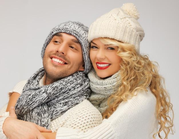 Яркое изображение семейной пары в зимней одежде