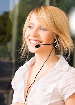 Яркое фото дружелюбной женщины-оператора горячей линии