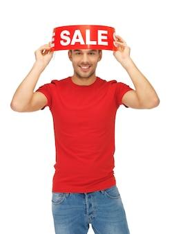 販売サインとハンサムな男の明るい写真。