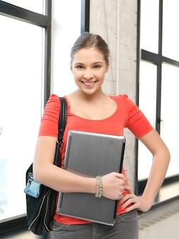 Яркое изображение счастливой и улыбающейся девочки-подростка с ноутбуком