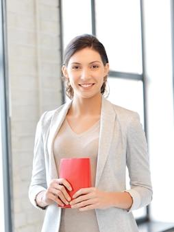 Яркая картина счастливой и улыбающейся женщины с книгой