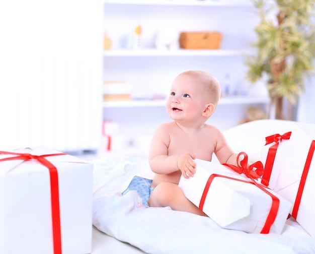 Яркое изображение счастливого ребенка с подарочной коробкой