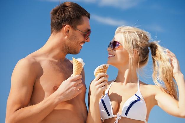 アイスクリームと幸せなカップルの明るい写真。