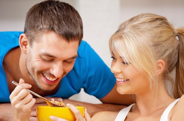 ミューズリーと幸せなカップルの明るい写真