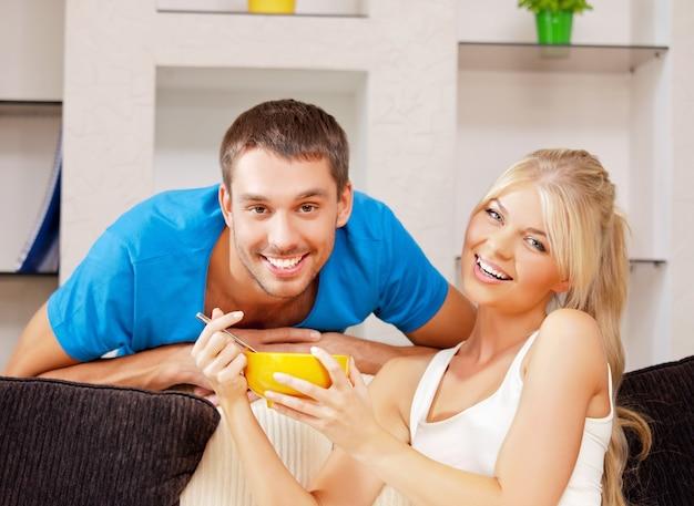 Muesli와 함께 행복한 커플의 밝은 사진