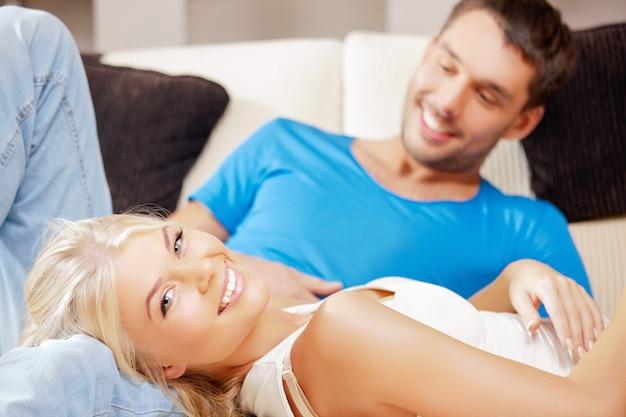 집에서 행복한 낭만적인 커플의 밝은 그림(여자에 초점)