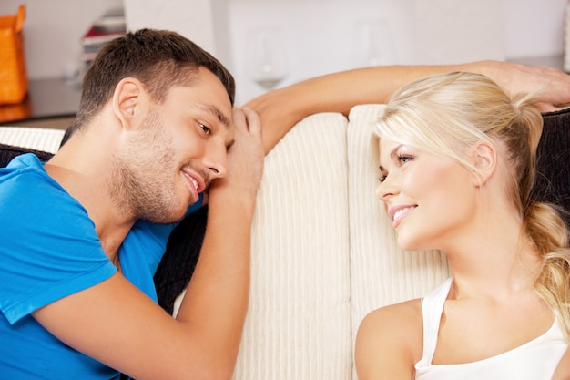 自宅で幸せなロマンチックなカップルの明るい写真(女性に焦点を当てる)