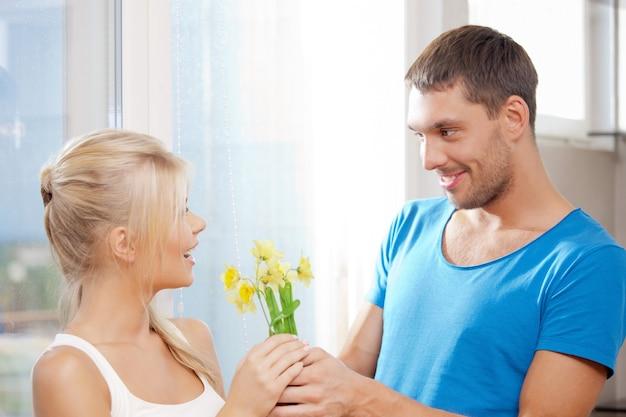 花と幸せなロマンチックなカップルの明るい写真