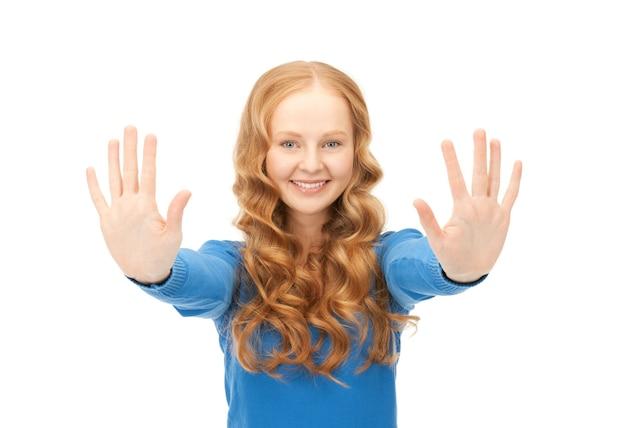 彼女の手のひらを示す幸せな女性の明るい写真