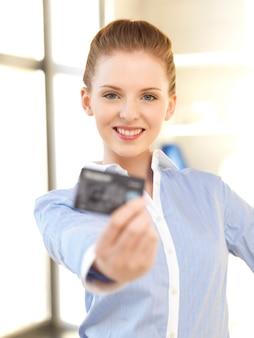 신용 카드를 가진 행복한 여자의 밝은 사진
