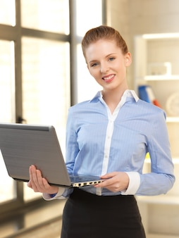Яркая картина счастливой женщины с портативным компьютером