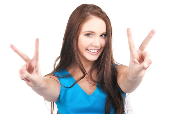 승리 기호를 보여주는 사랑스러운 소녀의 밝은 그림