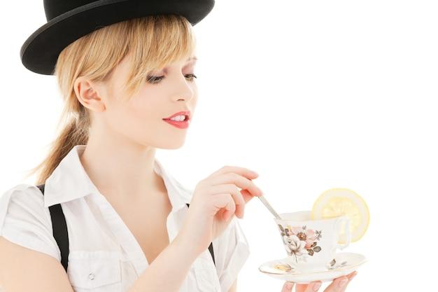 차 한잔과 함께 사랑스러운 소녀의 밝은 그림