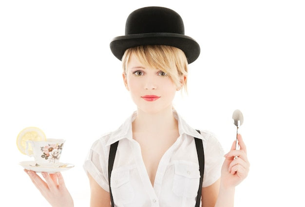 Яркая картина милой девушки с чашкой чая
