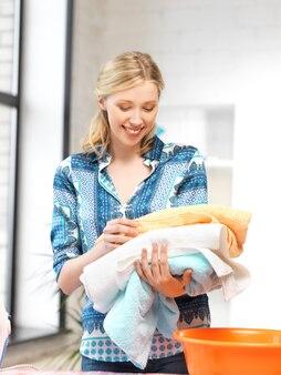 タオルで素敵な主婦の明るい写真。