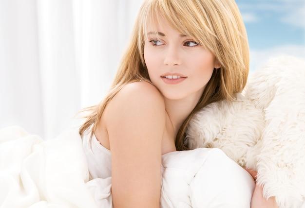 Яркая картина милой девочки-подростка в постели