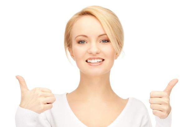 親指を立てて素敵な10代の少女の明るい写真